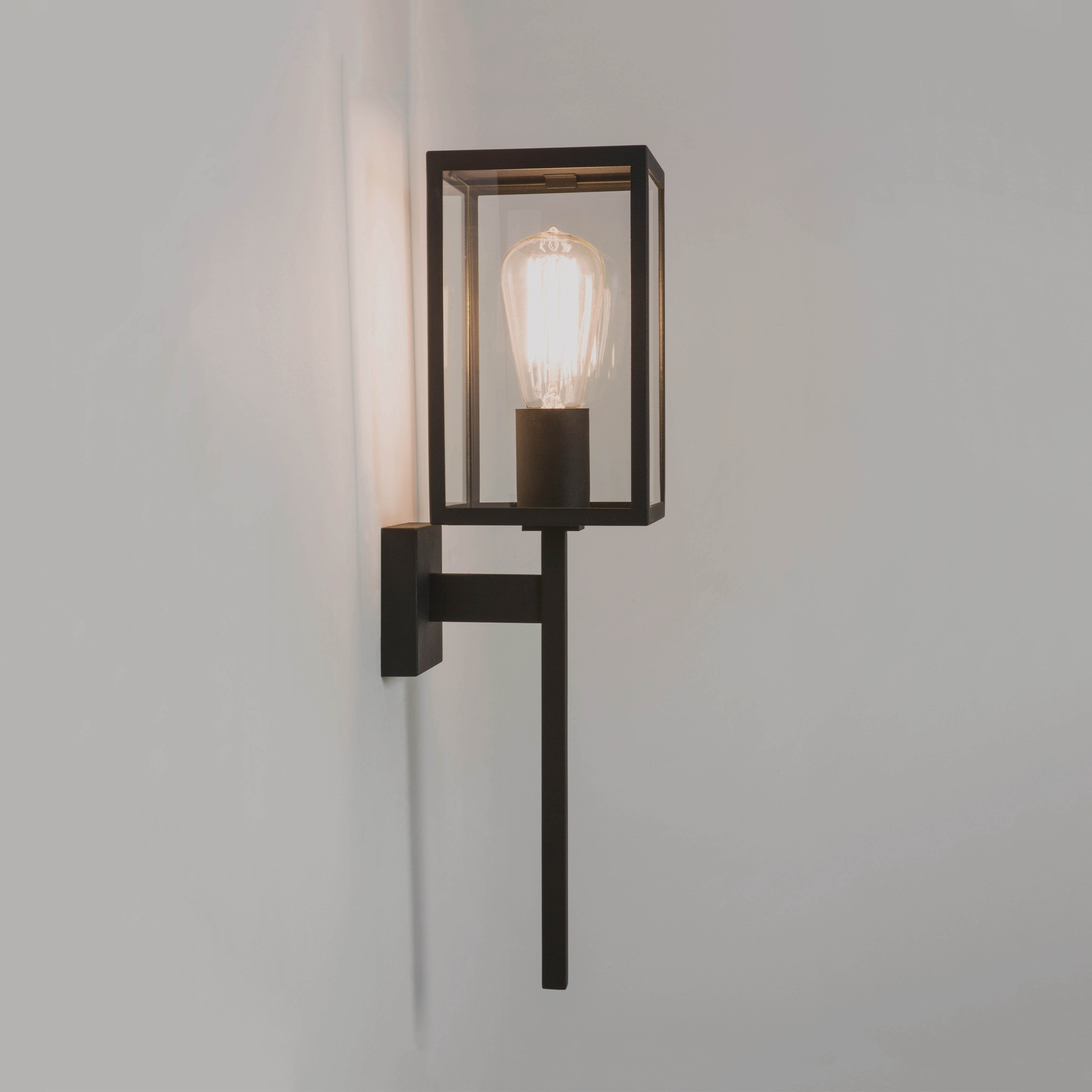 Настенный фонарь Astro Coach 1369001 (7563), IP44, 1xE27x60W, черный, прозрачный, металл, стекло - фото 1