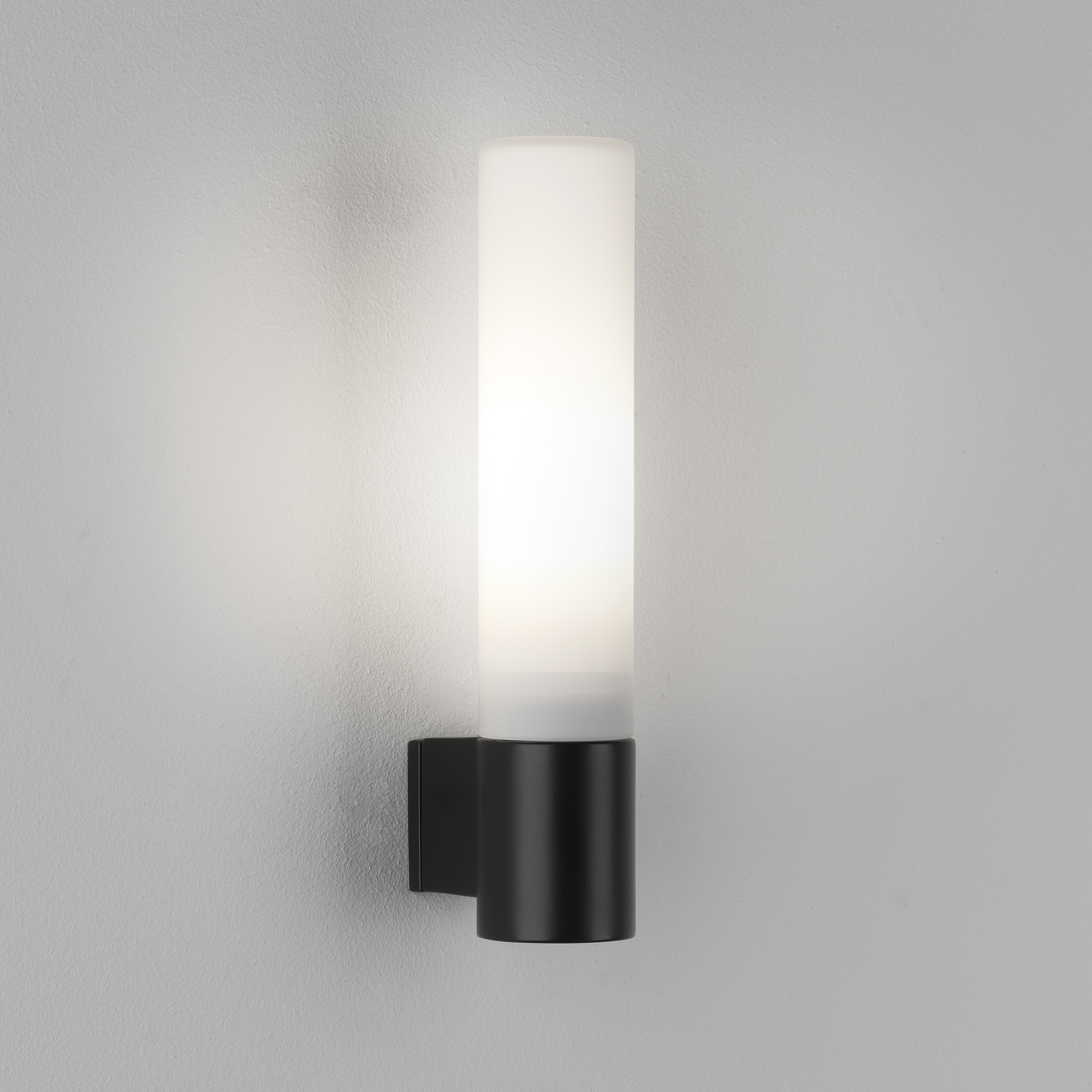 Настенный светильник Astro Bari 1047006 (8037), IP44, 1xG9x40W, черный, белый, металл, стекло - фото 1